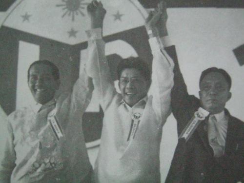 Si Gerrry Roxas (nasa gitna) nang mahalal na Pangulo ng Partido Liberal kasama si Pangulong DIosdado Macapagal (kaliwa).  Mula kay Senador Jovito Salonga.