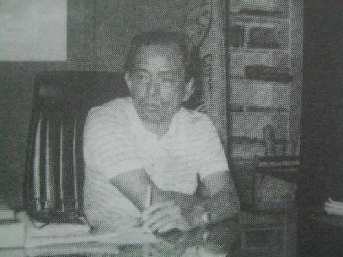 Si Mayor Aquilino Pimentel sa isang hindi madalas na pagkakataon ng pag-iisa sa kanyang opisina.