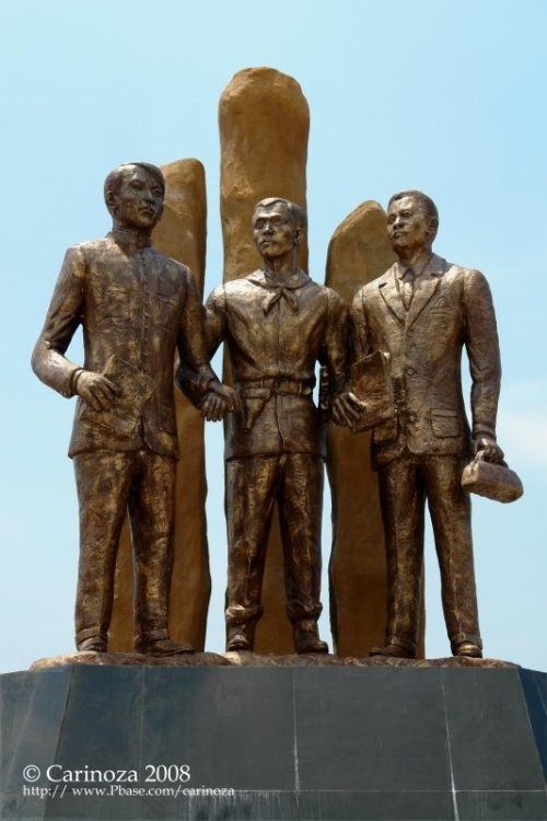 Monumento ng Camara Negra o Camara Secreta:  Jacinto, Bonifacio at Valenzuela, gawa ni Napoleon V. Abueva