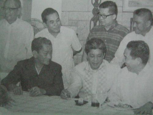 Si Gerry pinaliligiran ng mga kapwa senador Jovito Salonga, Serging Osmena, Ninoy Aquino, at iba pa.  Mula kay Senador Jovito Salonga.