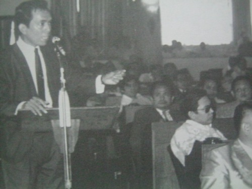 Si Pimentel habang iminumungkahi na huwag nang anyayahan ang Pangulong Marcos sa pagbubukas ng kumbensyon, nakikinig ang mga delegado front row:  Alfredo Abueg, next row: Pablo Trillana and Jose Nolledo; at third row: Arturo Pingoy, Rodolfo Ortiz at Margarito Teves, 1971