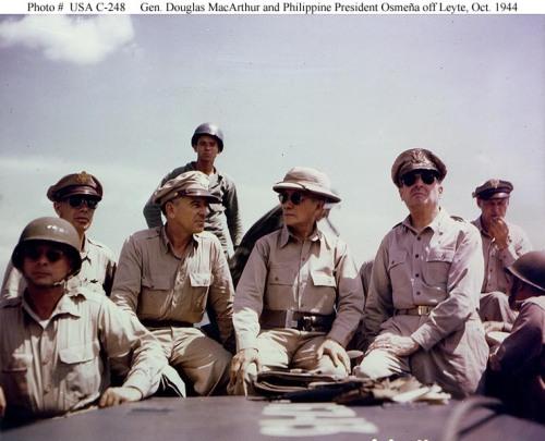 Ang pagbabalik ni Hen. Douglas MacArthur kasama ni Pangulong Sergio Osmena.