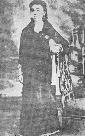 Si Leonor, edad 15 taon, 8 buwan at 27 araw.  Mula sa Rizal Without The Overcoat.