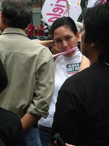 Ang binukot ng bayan habang nag-aayos ng sarili sa gitna ng isang rally.