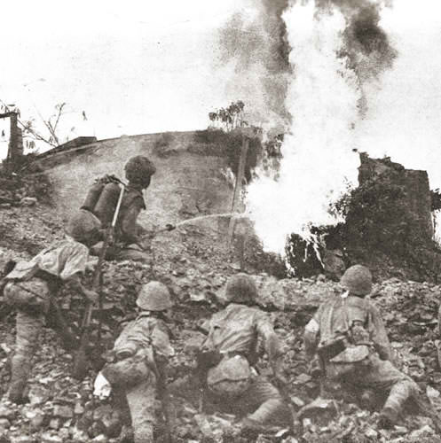 Ang mga Battling Bastards ng Bataan, gumagamit ng flame-thrower.