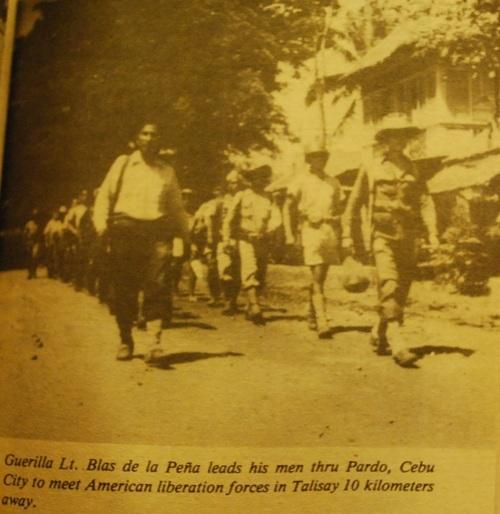 Sinalubong ang mga Amerikano ng mga gerilyanong Cebuano.  Mula kay Col. Manuel Segura.