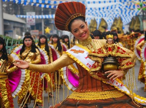 Pagsasayaw na tila sayaw ng mga sinaunang Cebuano para sa Katolikong imahe.  Sinkretismo o paghahalo ito ng anitoismo at Katolisismo.  Folk Catholicism ang labas.