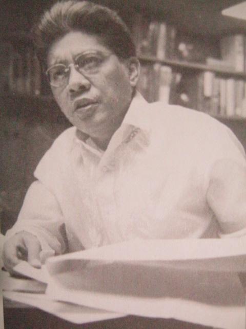 Si Gerry Roxas sa kanyang aklatan, may pagpapahalaga sa edukasyon ng kabataan. Mula kay Senador Jovito Salonga.