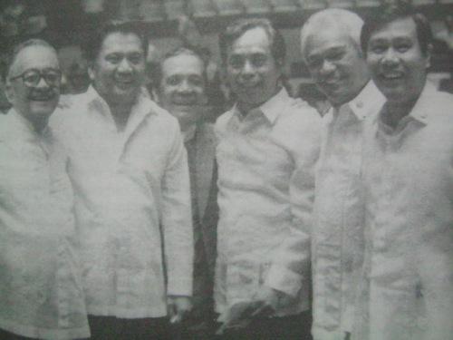 Si Speaker Nicanor Yniguez (pinakakaliwa) kasama sina Pimentel at ilan sa mga oposisyunista:  Luis Villafuerte, Francisco Sumulong, Natalio Bekltran, Jr at Arthur Defensor.