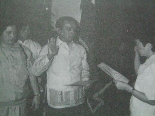 Si Nene habang nanunumpa kay  Cory bilang Kalihim ng Interior and Local Government.