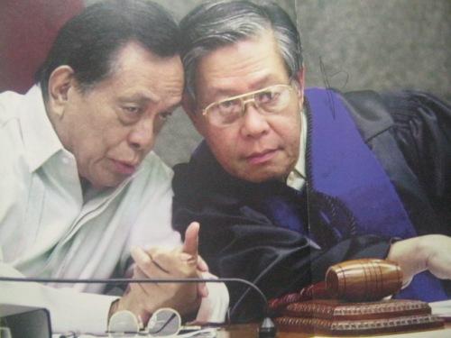 Si Sen. Nene Pimentel bilang Pangulo ng Senado kasama ang kanyang katuwang na presiding officer sa Impeachment Trial ng 2001 na si Chief Justice Hilario G. Davide, Jr.