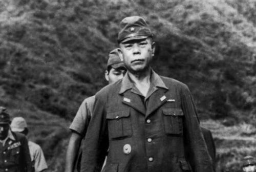 Pagsuko ni Heneral Tomoyuki Yamashita, Tigre ng Malaya, sa Kiangan, Ifugao, September 1945 sa mga gerilya ng Hilagang Luzon.  Mula sa TIME.