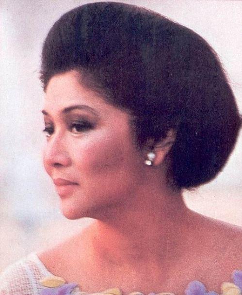 Opisyal na larawan ni Mommy Imelda Romualdez Marcos, ang Unang Ginang.  Mula sa aklat ni Carmen Pedrosa.