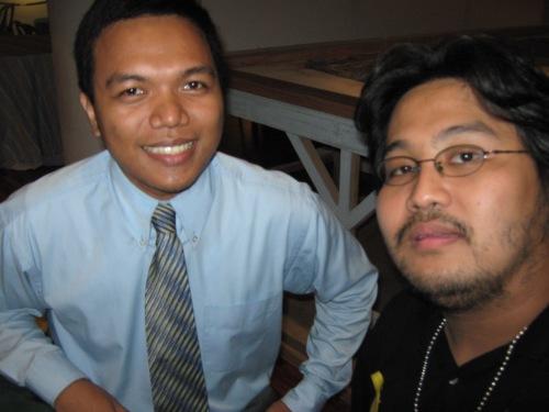"""Si Xiao Chua at Alvin Campomanes nang unang itanghal ang papel nilang """"Makabagong Emilio Jacinto"""" sa Kumperensya ng ADHIKA, Inc., 28 Nobyembre 2009."""