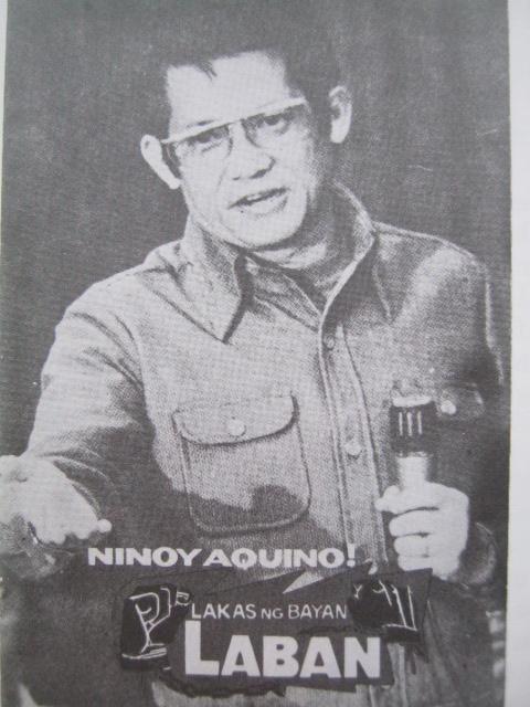 Si imahe ni Ninoy Aquino para sa kanyang kampanya para sa Interim Batasang Pambansa noong 1978.  Kuha ni Willie Vicoy noong panahon ng paglilitis ni Ninoy.  Lahat ng larawan mula sa Ninoy:  The Willing Martyr ni Alfonso Policarpio.
