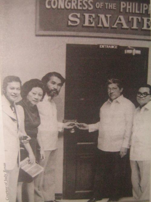 Sina Senador Doy Laurel, Eva Kalaw, Ramon Mitra, Gerry Roxas at Jovito Salonga habang nagpapalitrato sa harapan ng kanilang nakakandadong kongreso.  Mula kay Gng. Judy Roxas.