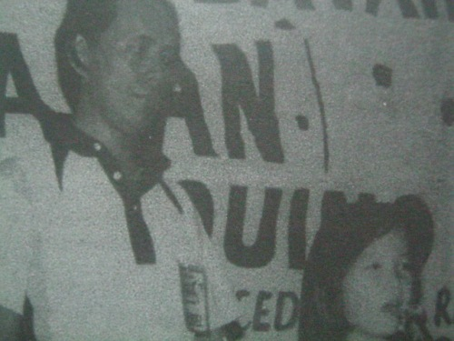 Si Nene at ang 7-taong gulang na si Kris Aquino habang nangangampanya, 1978.