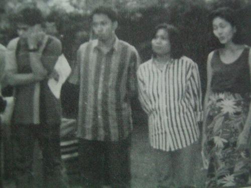 Si Risa (sa pinakakanan), habang umaawit kasama ng Makabayang Alyansa para sa Sining Obrero (MASO), ang pangkat pangkalinangan ng Pandayan.  Mula sa Socdem na inedit ni Benjamin Tolosa.