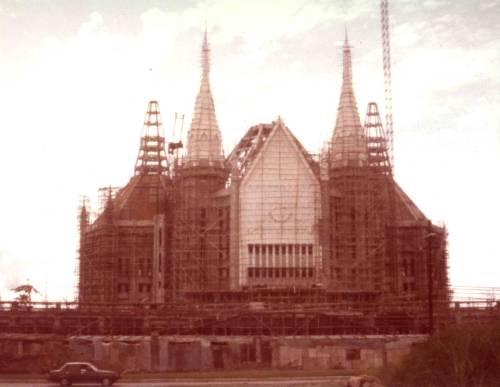 Ang templo sentral ng Iglesia ni Cristo na dinisenyo ni Arkitekto Carlos A. Santos-Viola habang tinatapos pa lamang.  Mula sa Skyscrappercity.