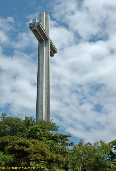 Ang Dambana ng Kagitingan sa Mt. Samat, Pilar. Bataan.  555 meters above sea level.  Ang krus ay may taas ng 92 feet.