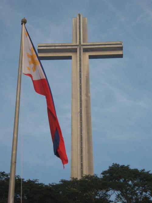 Ang Dambana ng Kagitingan na itinayo ng Pangulong Ferdinand Marcos na lumaban din sa Bataan.  Natapos noong 1970.  Kuha ni Xiao Chua.