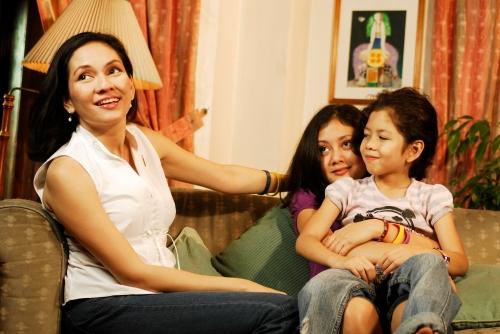 Si Risa kasama ang mga anak na sina  Issa at Sinta.  Mula kay Wacky Gochoco.