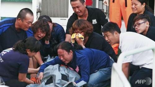 Ang mga kaanak ng mangingisdang namatay sa Balintang Channel nang makita ang kanilang mahal sa buhay.  Mula sa globalbalita.com.