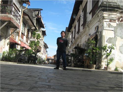 """Mga bahay na bato sa Calle Crisologo sa Vigan, tinatawag na """"Spanish Houses.""""  Sinupan ng Aklatang Xiao Chua."""
