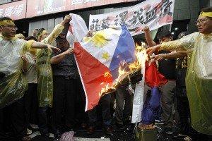 Pagsusunog ng bandilang Pilipino.  Mula sa inquirer.net.