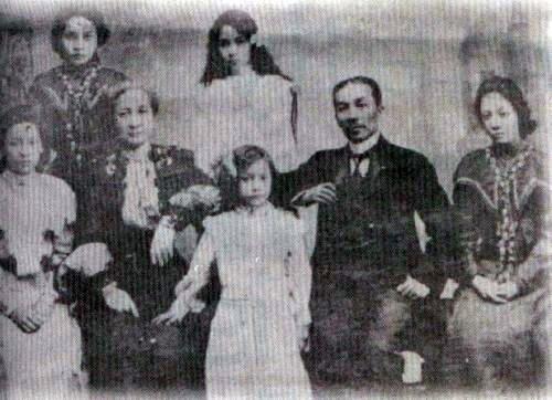Ang pamilya nina Felipe at Marcela Agoncillo sa Hongkong noong 1898, mula kay Arnaldo Dimindin.