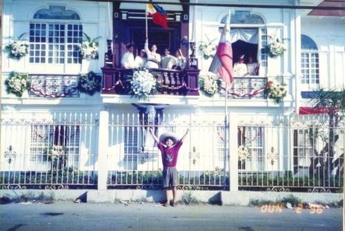 Si Xiao Chua nang iproklama ang Independensya sa Kawit, Cavite.  Joke???  Mula sa Sinupan ng Aklatang Xiao Chua.