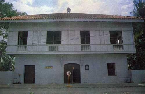 Rekonstruksyon ng bahay na bato ng mga Rizal sa Dapitan.  Dinisenyo ni Arkitekto Juan Nakpil, Pambansang Alagad ng Sining sa Arkitektura batay sa mga historikal na datos.  Mula sa Lolo Jose:  An Intimate Portrait of Jose Rizal ni Asuncion Lopez-Bantug.