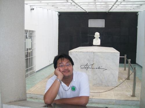 Si Xiao sa libingan ni Mabini sa Dambanang Pangkasaysayang Mabini sa Tanauan, Batangas.
