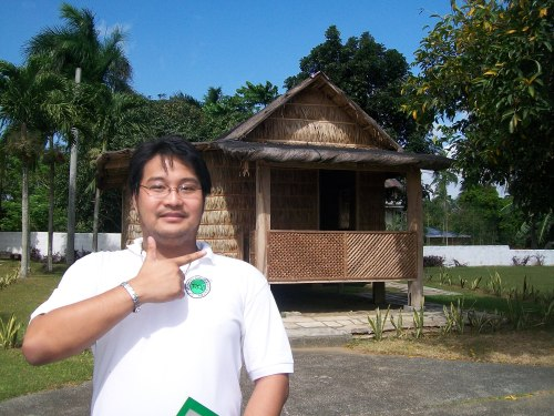 Si Xiao Chua sa harap ng replica ng kubong sinilangan ni Mabini sa Dambanang Pangkasaysayang Mabini sa Tanauan, Batangas.