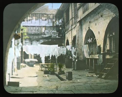 Tulad sa bahay kubo ang mga bahay na bato ay may mga silong na hindi tinitirhan.  Isang patio ng bahay sa Intramuros, ang lumang Maynila, 1900.  Koleksyon Dr. Luis Camara Dery.