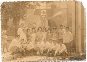 Mga kasapi ng Arts Club of Lucban sa pamumuno ni Fernando Cadeliña Nañawa noong 1963.  Mula sa pahiyasfestival.wordpress.com.