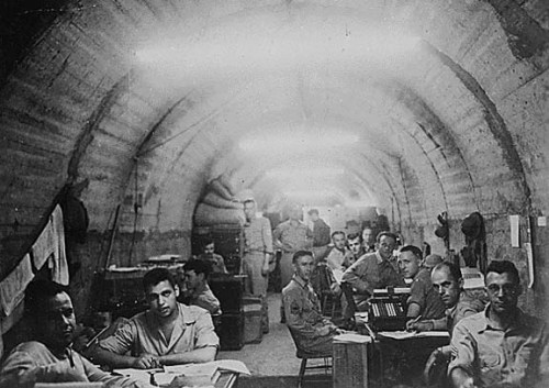 Mga sundalo sa loob ng Malinta Tunnel.