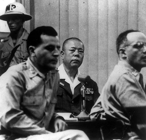 """Si Yamashita sa kanyang paglilitis sa Pilipinas.  Ang hatol sa kanya sa salang """"command responsibility"""" sa mga naganap na pagpapahirap sa Pilipinas, BITAY."""