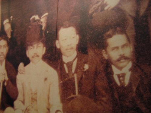 Si Ariston Bautista (gitna) kasama ng mga propagandista sa Espanya.  GSIS Museum