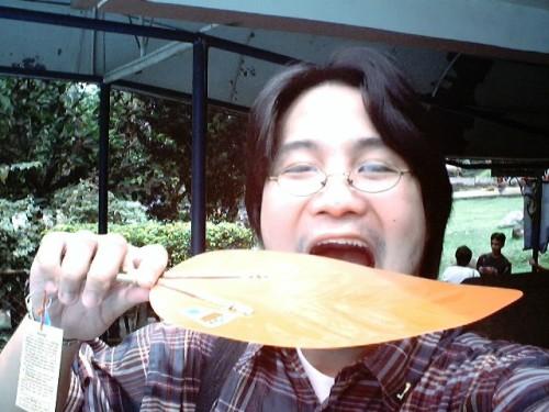 Si Xiao nagtatangkang kumain ng pamaypay na may disenyong kipping, August 19, 2005 sa Tayabas, Quezon.  Mula sa Sinupan ng Aklatang Xiao Chua.