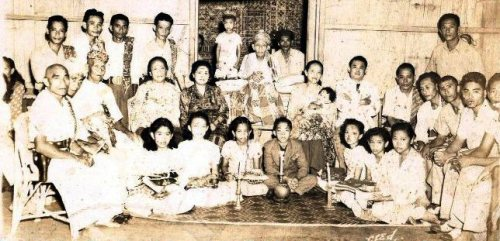 "Mula sa jamalashley.wordpress.com:  ""Princess Tarhata Kiram holding my sister, Alnahar Mobina Fatima during my sister's baptism (paggunting). At the center is Sultan Zein ul Abidin II and to his right is my mother, Sitti Rahma Yahya-Abbas"""
