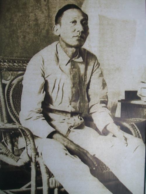 Larawan ni Apolinario Mabini, arestado sa loob ng Intramuros.  Mula sa Dambanang Pangkasaysayang Mabini sa Tanauan, Batangas.