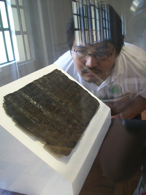 Si Xiao Chua habang sinusulyapan ang orihinal na Laguna Copperplate Inscription, 23 September 2010.  Kuha ni Camille Eva Marie Conde.