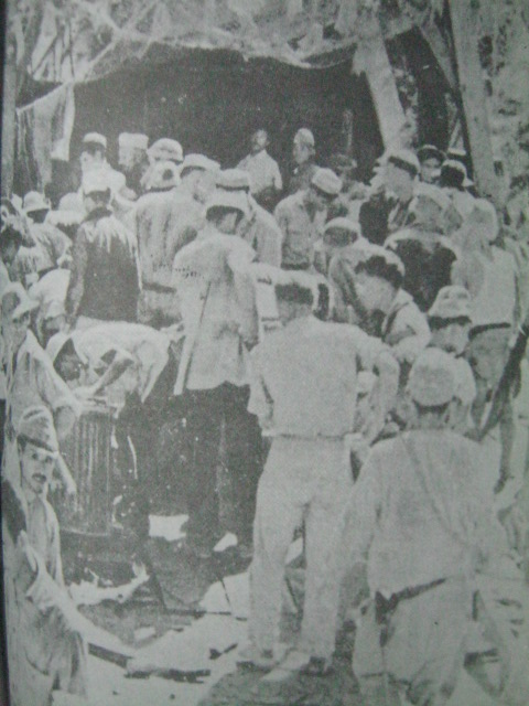 Mga sundalo sa bukana ng Malinta Tunnel. Mula sa Corregidor ni Alfonso Aluit.