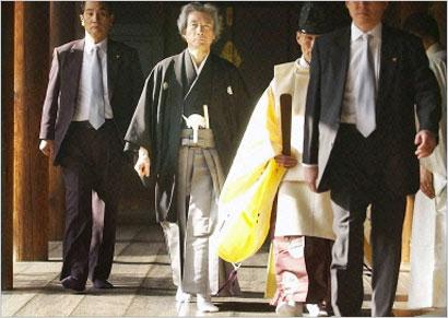 Si Primer Ministro Junichiro Koizumi sa Yasukuni Shrine.