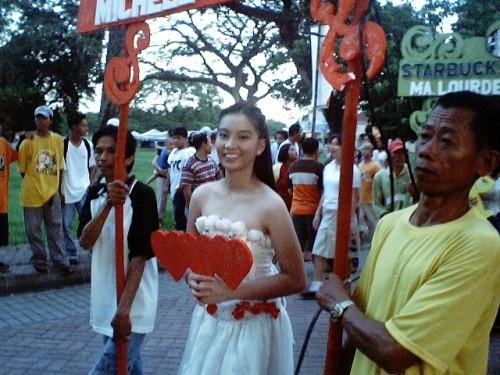 """Michelle Charlene B. Chua bilang """"Queen of Hearts"""" sa isang Santacruzan sa Plaza Luisita Mall, San Miguel, Tarlac City noong May 29, 2004.  Ngayon ang nawala na ang mga re-enactment, mga karakter at ang aral ng Santa Cruzan, naging fashion show na lamang.  Mula sa Sinupan ng Aklatang Xiao Chua."""