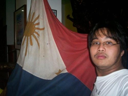 Si Xiao at ang isa sa mga bandilang Pilipino na ginamit noong himagsikan ni Heneral Martin Delgado.