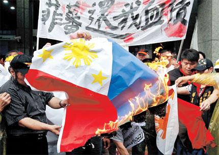 Pagsusunog ng bandilang Pilipino ng mga nagpoprotestang Taiwanese.  Mula sa shanghaidaily.com