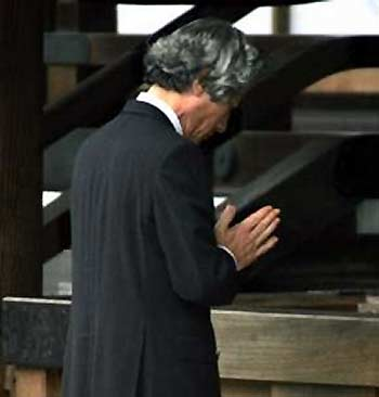 Si Primer Ministro Koizumi na nagpupugay sa mga sundalong Hapones sa kanilang mga digmaan sa Yasukuni Shrine.