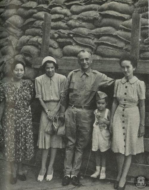 Gng. Aurora A. Quezon, Gng. Jean Faircloth MacArthur, Pangulong Manuel L. Quezon, Arthur MacArthur, Maria Aurora Quezon, sa Corregidor, 1942.  Mula sa Philippine Diary Project.